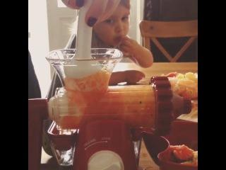 """""""Надо выпивать сок!"""", - рекомендует Дана ^^ Каждый день и чем больше, тем лучше, и желательно с зеленью :) Это наше новое приспособление для соков - ручная шнековая соковыжималка #lexen #healthyjuicer. Отличие от обычной - холодный, бережный  отжим, так с"""